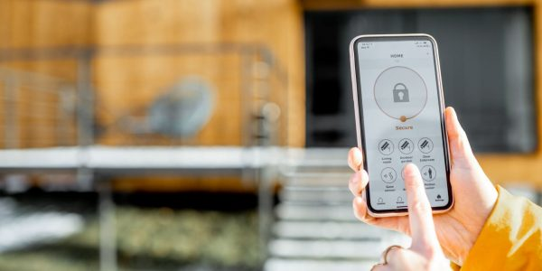 controlling-home-security-from-a-mobile-device-min